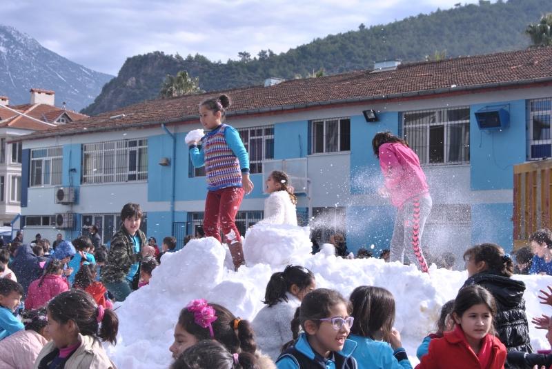 Okullara kamyonla kar taşındı