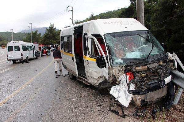 Öğrenci servisi işçi servisi ile çarpıştı: 13 yaralı