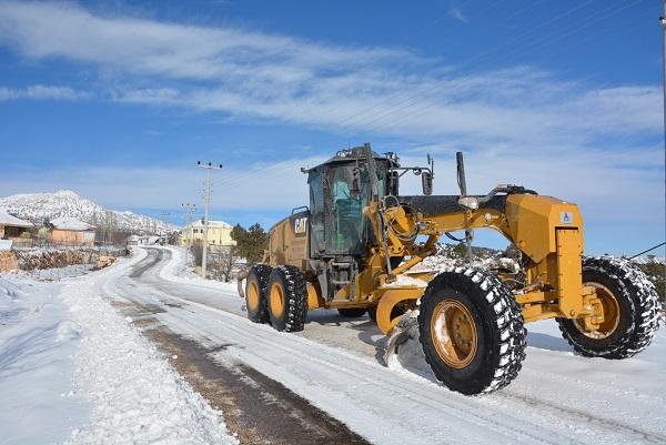 Ekipler, Muğla Antalya yolu kapanmasın diye çalışıyor