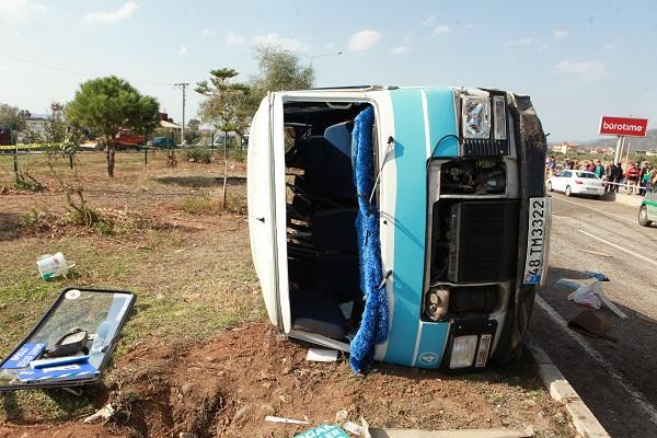 Kamyon yolcu minibüsüne çarptı: 2 ölü 4 yaralı