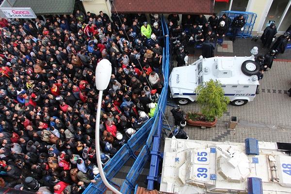 Vatandaşlar HDP binasını bastı (Video)