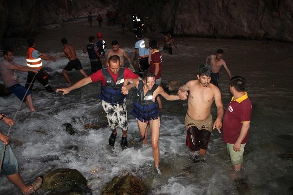 Saklıkent kanyonunu sel bastı: 1 ölü 8 yaralı