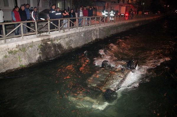 Hızını alamayan otomobil su kanalına düştü