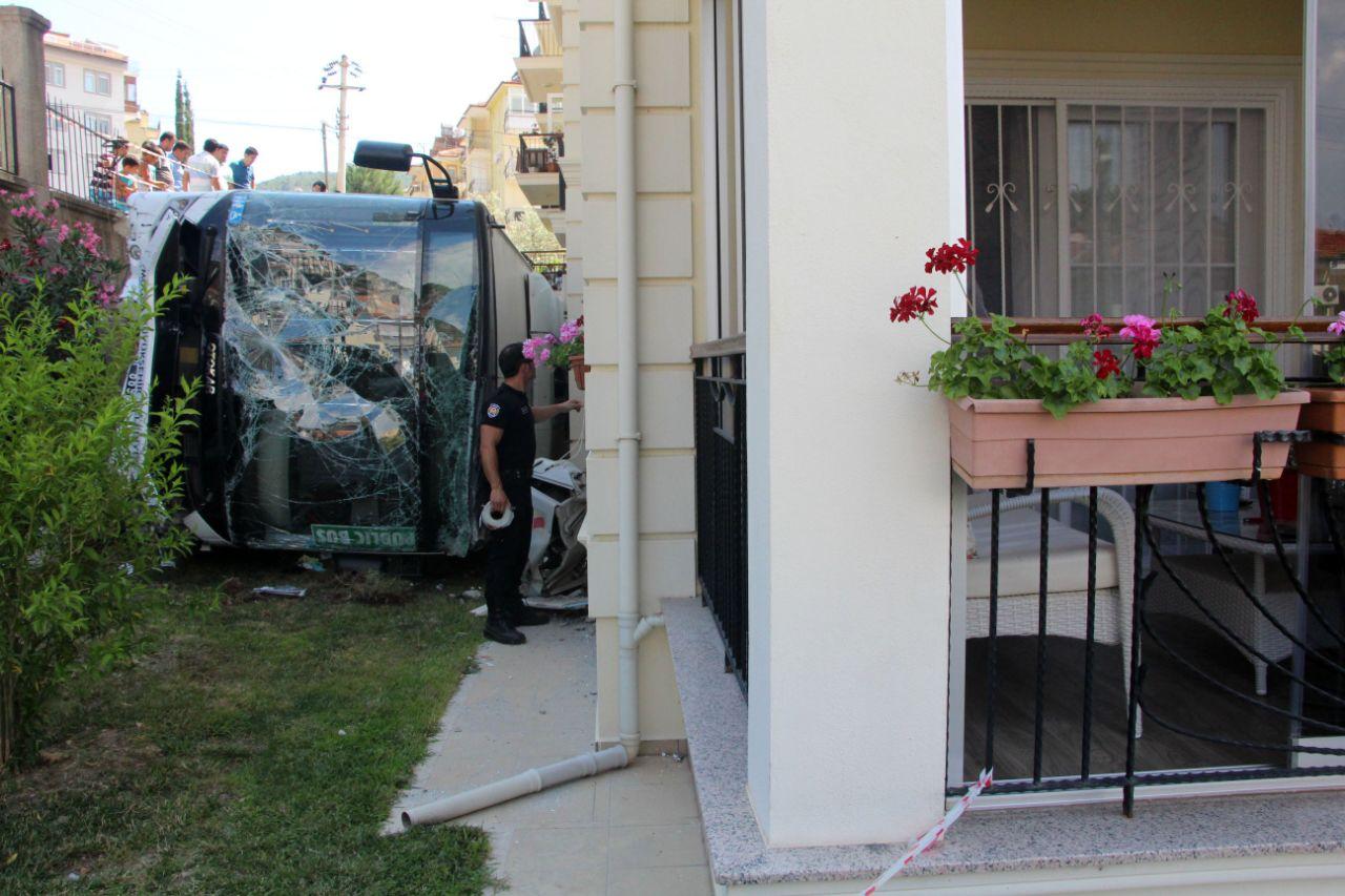 Yolcu otobüsü apartman bahçesine düştü