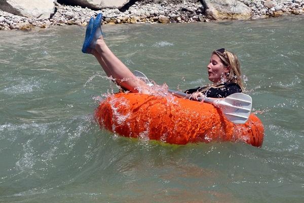 Sıcaktan kaçmak için derede rafting yapıyorlar