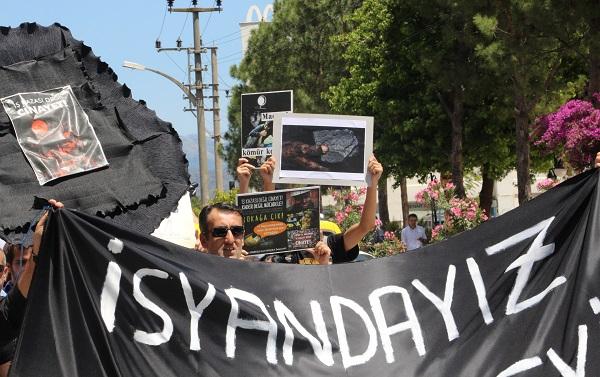 AK Parti ilçe binasına siyah çelenk bırakıldı