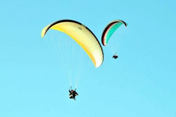 Havada çarpışan paraşütler zorunlu iniş yaptı