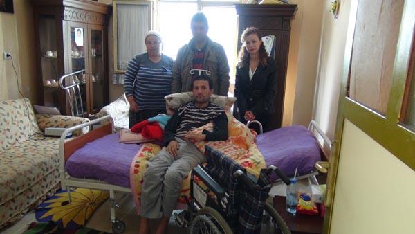 Özürlü gencin tekerlekli sandalye sevinci