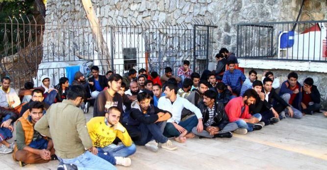 Arızalanan teknede 71 göçmen yakalandı