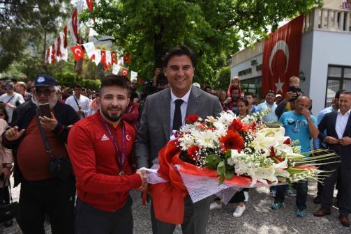 Avrupa Şampiyonu Atlı törenle karşılandı