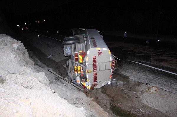 Mazot yüklü tanker devrildi: 2 yaralı
