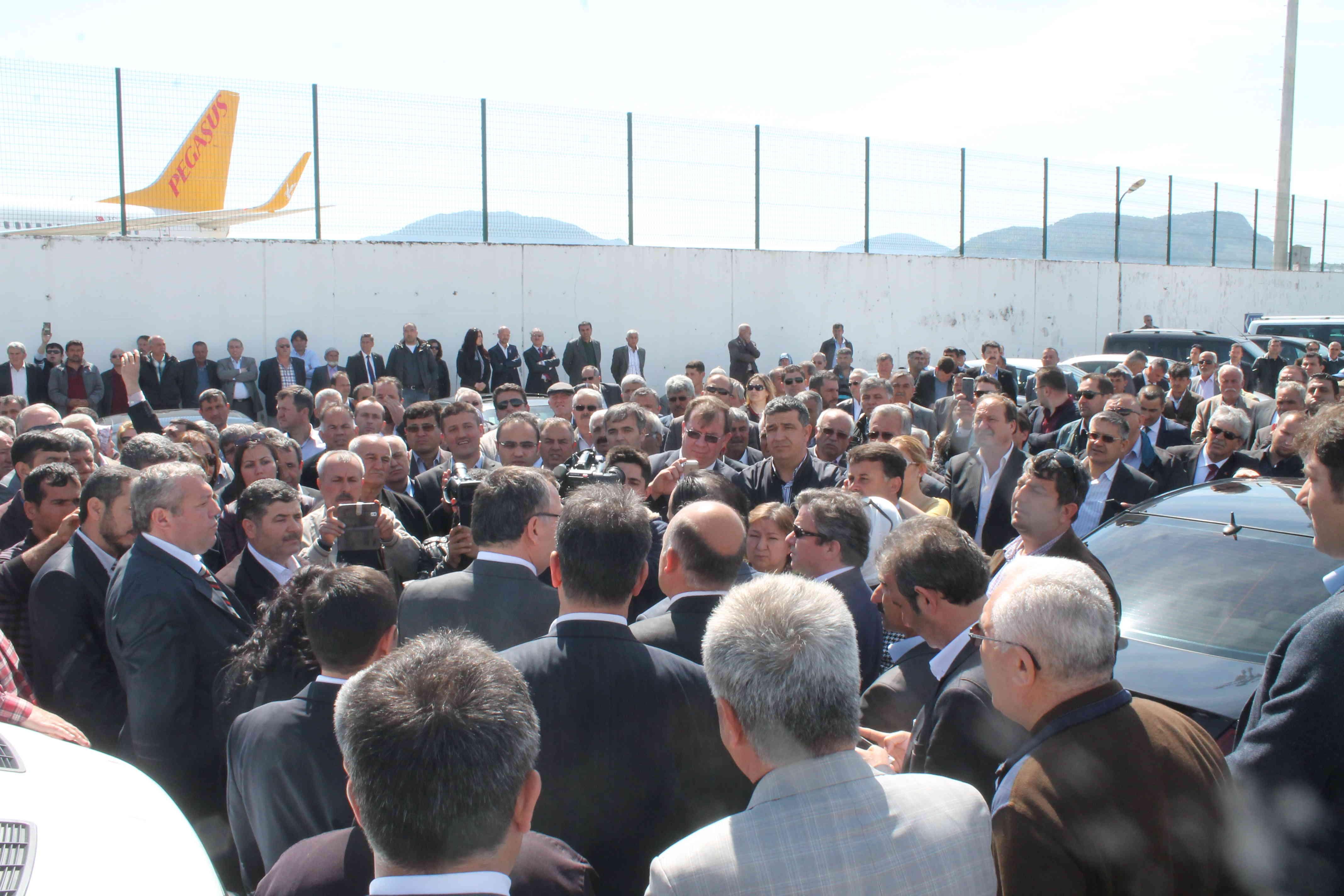 Hasan Özyer'e havalimanında coşkulu karşılama