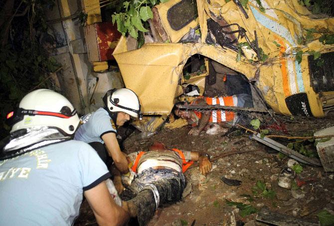 Freni patlayan çöp kamyonu eve çarptı: 2 işçi öldü