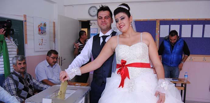 Düğünden önce sandığa gittiler