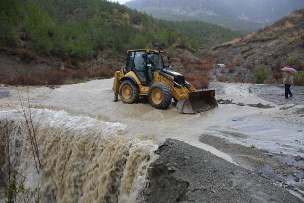 Seydikemer'de aşırı yağmur sele neden oldu