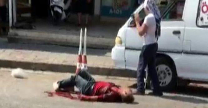 Evinin önünde eşiyle konuşan adamı öldürdü