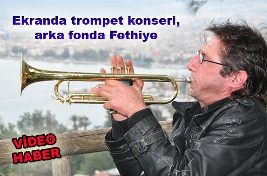 Ekranda trompet konseri, arka fonda Fethiye