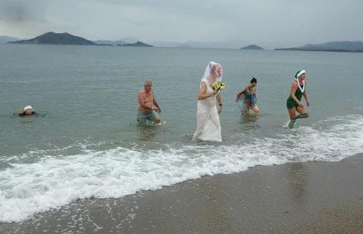 Gelenek bozulmadı, yeni yılın ilk gününde denize girdiler