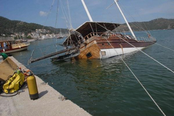 Görsel kirliliğe neden olan tekne çıkartılıyor