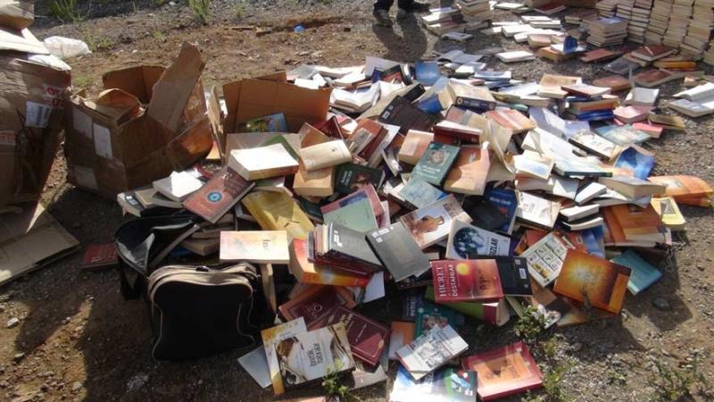 Gülen'in kitaplara çöplüklere atılıyor