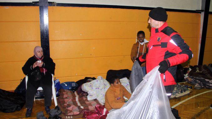 Kaçak göçmenlere yardım dağıtıldı
