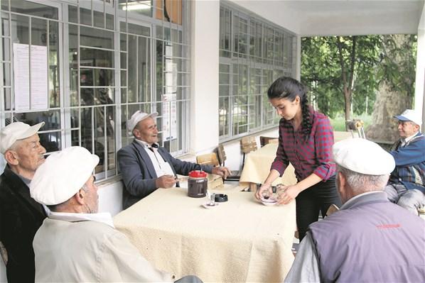 Kahvehanede Babasına Yardım Eden Özge'nin Teog Başarısı