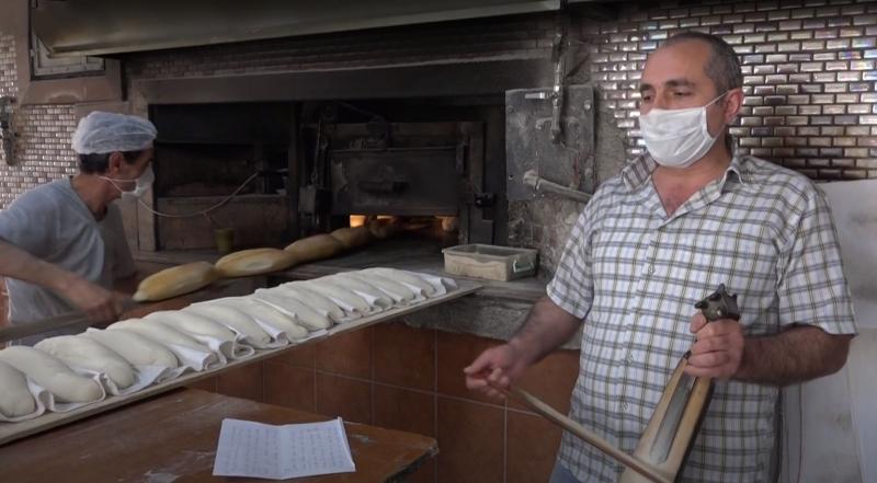 Kemençeli ekmek pişiriyor