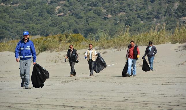 Kumluova ve Karadere plajlarında temizlik