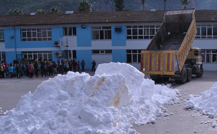 Okul bahçelerine kamyonlarla kar taşındı