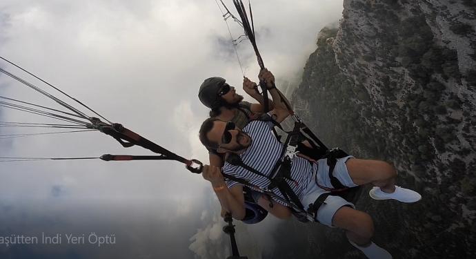 Paraşütle İlk Defa Atlayan Tatilcinin Görüntüleri Güldürdü
