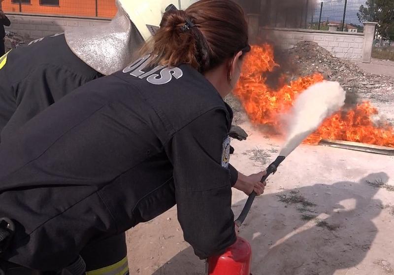 Polisler Bu Sefer Yangın Söndürüp İlk Yardım Yaptı ( Video Haber )