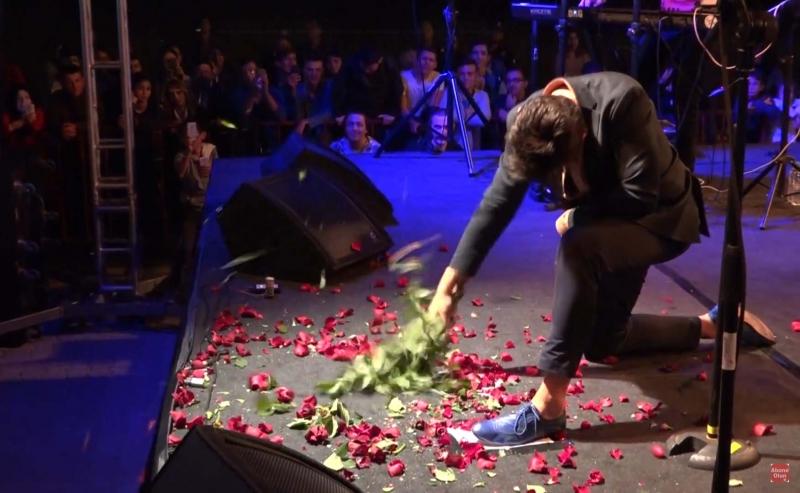 Sahnede Gül demetini 'Zakkum' etti (Video Haber)