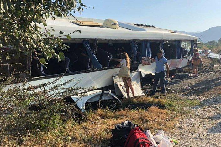 Seydikemer'de tur otobüsü devrildi: 22 yaralı