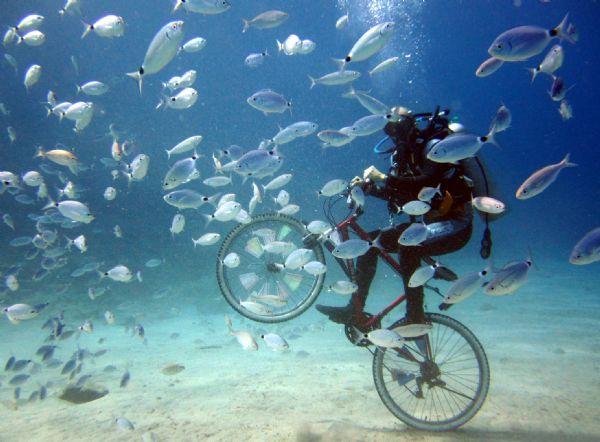 Su altında bisiklet sürdüler