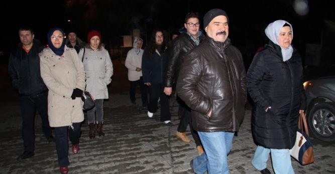 Toplu Taşımaya yapılan zammı yürüyerek protesto ediyorlar