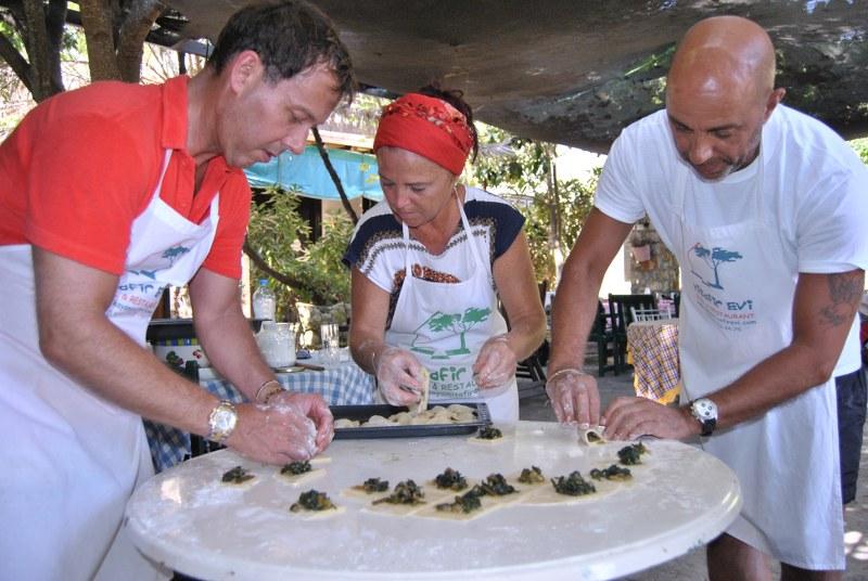 Turistler hem tatil hem de yemek yapıyor