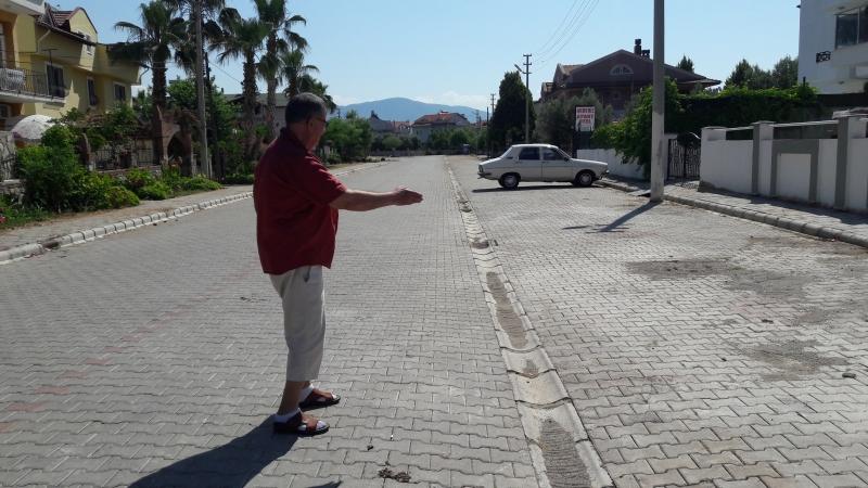 Yola bırakılan hayvan pislikleri mahallelileri rahatsız ediyor