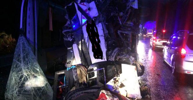 Yolcu otobüsü dağa çarptı: 24 yaralı