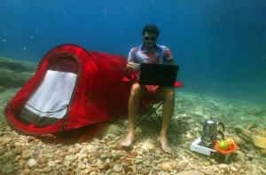 Deniz Altına Kamp Kurup Çay Keyfi Yaptı