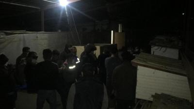 Polisi görünce dövüştürdükleri horozların kümeslerine saklandılar