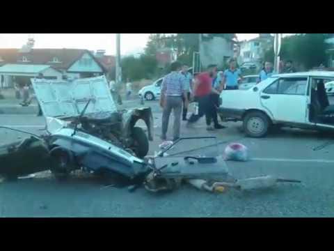 Feci kazada Otomobil İkiye Bölündü